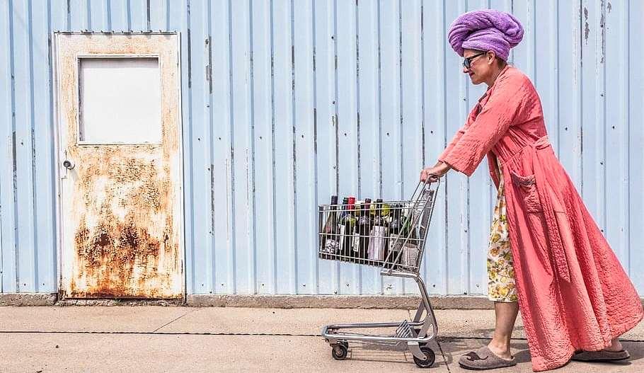 Señora con carro de la compra de 4 ruedas